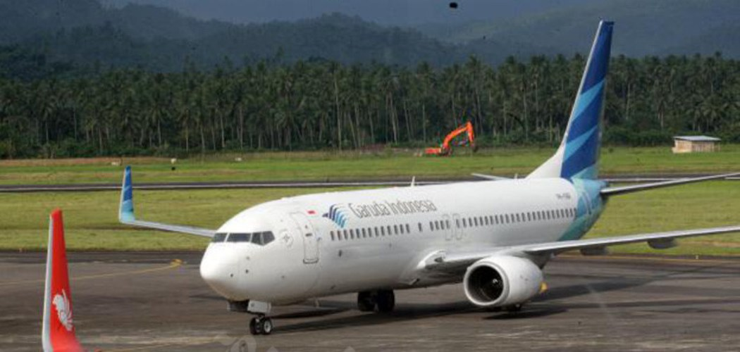 Pesawat milik maskapai penerbangan Garuda Indonesia bersiap melakukan penerbangan di Bandara internasional Sam Ratulangi Manado, Sulawesi Utara akhir pekan lalu (8/1/2017). - Bisnis/Dedi Gunawann