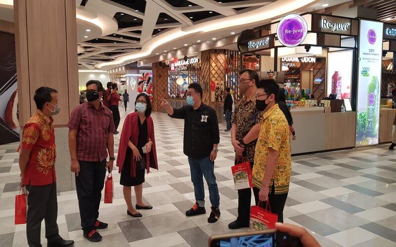 Ketua Asosiasi Pengelola Pusat Belanja Indonesia (APPBI) Jawa Timur, Sutandi Purnomosidi (ketiga kanan), Ketua Asosiasi Pengusaha Kafe dan Restoran Indonesia (Apkrindo) Jatim, Tjahjono Haryono (kedua kanan) dan Direktur Utama Jamu Iboe Jaya, Stephen Walla (kanan) saat pembukaan area Food Society - Royal Plaza Surabaya, Jumat (9/10/2020). - Bisnis/Peni Widarti