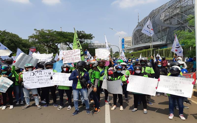 Ratusan buruh Serikat Buruh Sejahtera 1992 (SBSI 92) berunjuk rasa tolak RUU Cipta Kerja di Jalan Gerbang Pemuda, Jakarta, samping Gedung MPR/DPR, Kamis (8/10/2020). JIBI - Bisnis/Aprianus Doni Tolok
