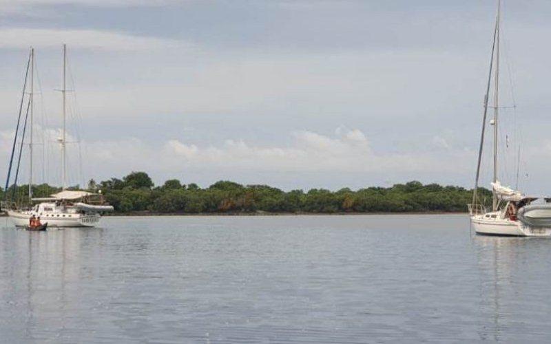 Dua kapal asing yang sedang lego jangkar di Zona Inti Kawasan Konservasi SAP Selat Pantar, di sekitar Pulau Sika. - ANTARA/Istimewa