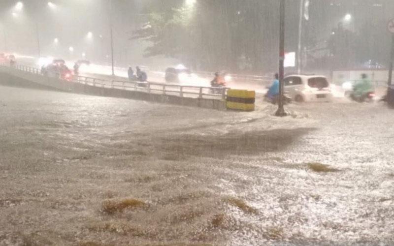 Banjir merendam ruas jalan di kawasan Karet Tengsin, Tanah Abang, Jakarta Pusat, Senin (21/9/2020) malam. - Antara/BPBD DKI\r\n