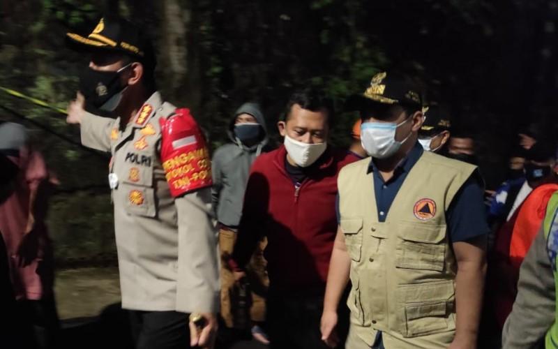 Wakil Gubernur DKI Jakarta Ahmad Riza Patria (kanan) meninjau beberapa lokasi terdampak longsor dan banjir di Jakarta, Sabtu (10/10) malam. /Twitter - BPBDJakarta