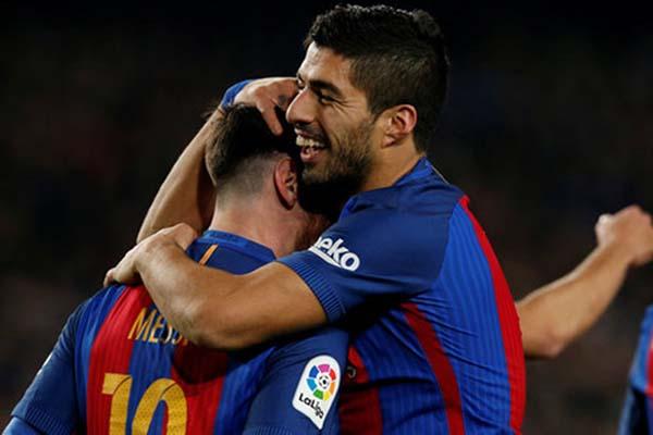 Lionel Messi (kiri) dan Luis Suarez ketika masih bersama di Barcelona/Reuters - Albert Gea