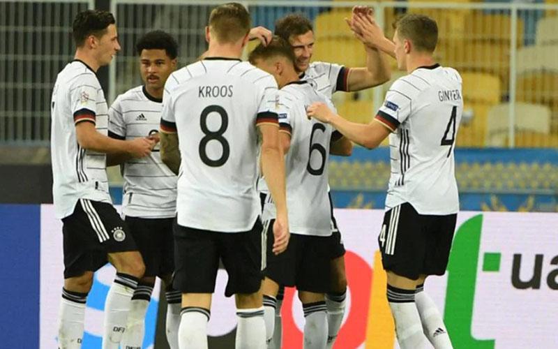 Para pemain Jerman merayakan gol kedua yang menentukan kemenangan atas tuan rumah Ukraina. - UEFA.com