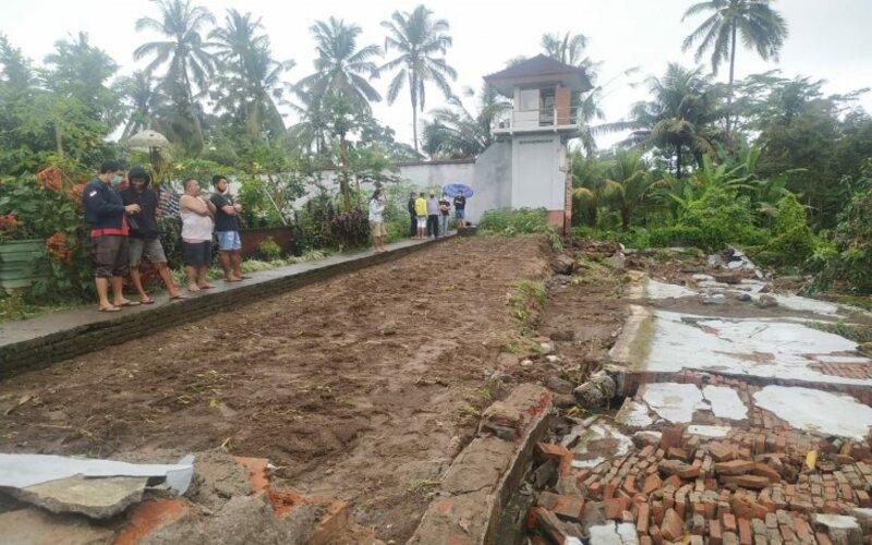Beberapa WBP melihat tembok Rumah Tahanan Bangli yang ambruk pasca dilanda hujan deras, di Bangli, Bali, Sabtu (10/10/2020). - Antara/Humas Kemenkumham