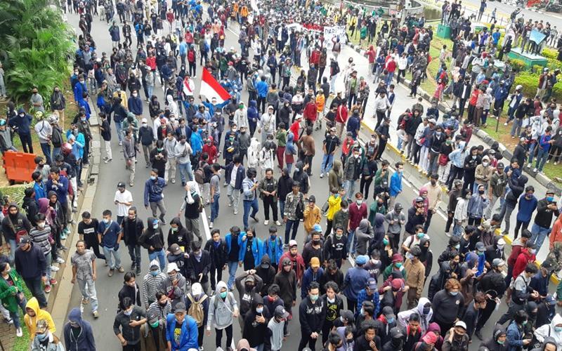 Demo mahasiswa menolak UU Cipta Kerja di dekat Istana, Kamis (8/10/2020). Banyak di antara mereka yang tidak memakai masker. JIBI - Bisnis/Rayful Mudassir