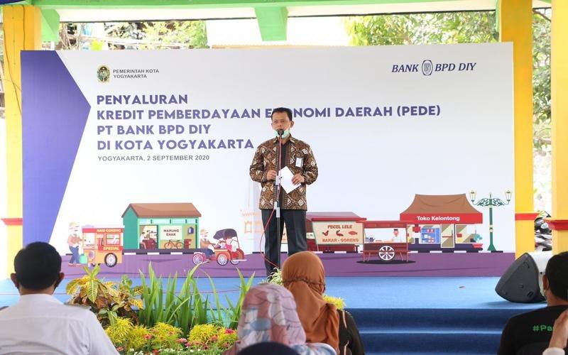 Direktur Utama PT Bank BPD DIY Santoso Rohmad saat memberi sambutan dalam Penyaluran Kredit PeDe di Kota Yogyakarta, Rabu (2/9/2020). PeDe adalah kredit yang ditujukan kepada nasabah perorangan yang mem-iliki usaha produktif yang tergabung dalam kelompok usaha. - Dok. BPD DIY