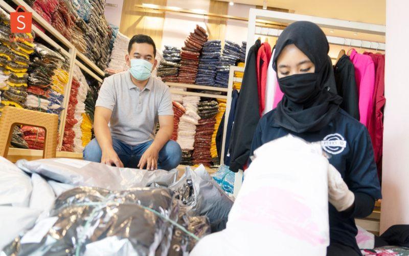 Pebisnis pakaian memaksimalkan aplikasi belanja online (Shopee) untuk menarik konsumen selama pandemi virus Corona.  - Shopee