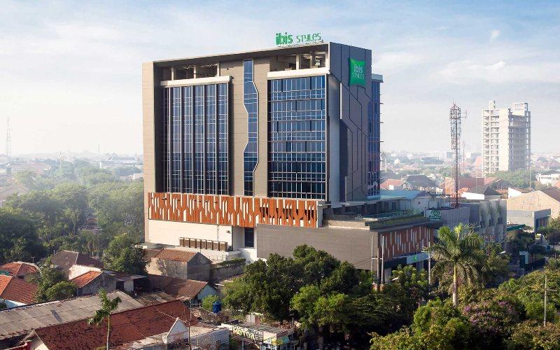 Hotel Ibis Style Surabaya. . Hotel ini memiliki 132 kamar modern berdesain minimalis, 8 ruang pertemuan kontemporer, Aula Utama, Bar Lobi, WOOt! Pool Bar dan Streats Restaurant. Sempurna untuk pelancong bsnis dan liburan.  - Hotel Ibis Style Surabaya