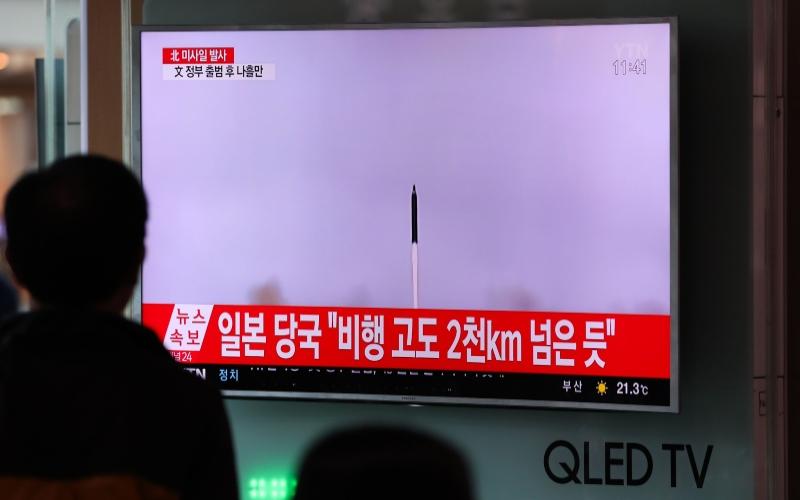 Warga Seoul menyaksikan tayangan televisi yang menunjukkan peluncuran rudal Korea Utara, di Seoul Station, Seoul, Korea Selatan, Minggu (14/5/2017). - Bloomberg/SeongJoon Cho