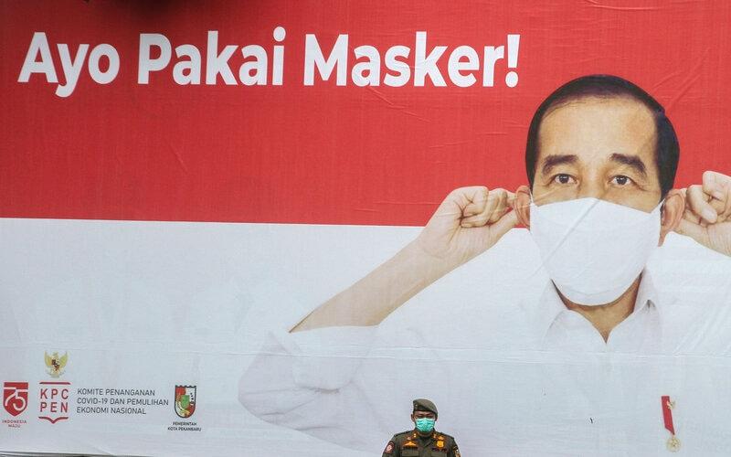 Petugas Satpol PP Kota Pekanbaru mengikuti gelar pasukan Pembatasan Sosial Berskala Mikro (PSBM) di Pekanbaru, Riau, Jumat (2/10/2020). - Antara/Rony Muharrman