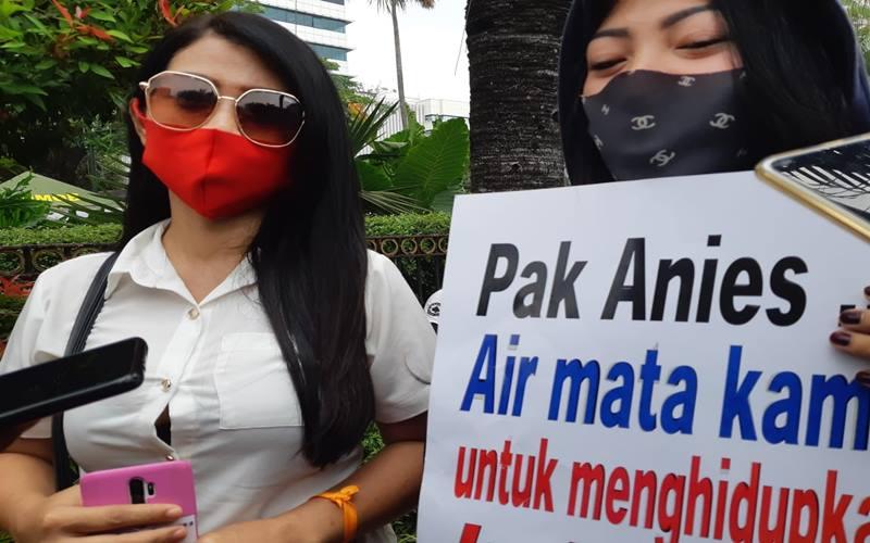 Pekerja salon, Anggun, saat ikut demonstrasi menuntut pembukaan kembali tempat hiburan malam di depan Balai Kota DKI Jakarta pada Selasa (21/7/2020). JIBI - Bisnis/Nyoman Ari Wahyudi