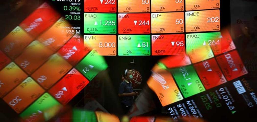 Pekerja melintas di depan layar elektronik yang menampilkan pergerakan Indeks Harga Saham Gabungan (IHSG) di PT Bursa Efek Indonesia (BEI), Jakarta, Rabu (12/8/2020). - Bisnis/Abdurachman\\r\\n