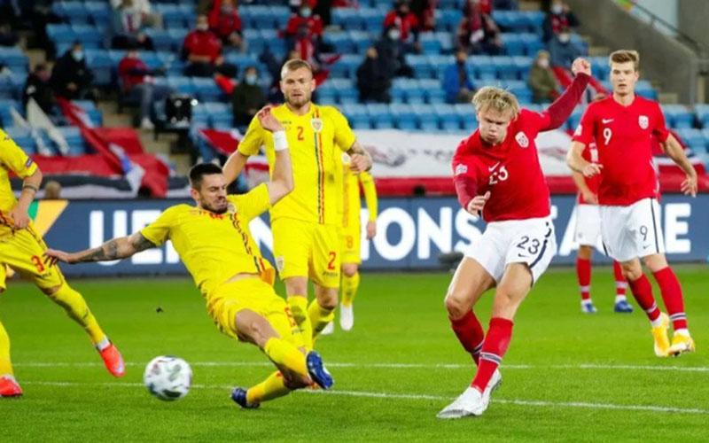 Striker Norwegia Erling Haaland (jedua kanan) ketika mencetak hattrick ke gawang Rumania./Antara - Reuters