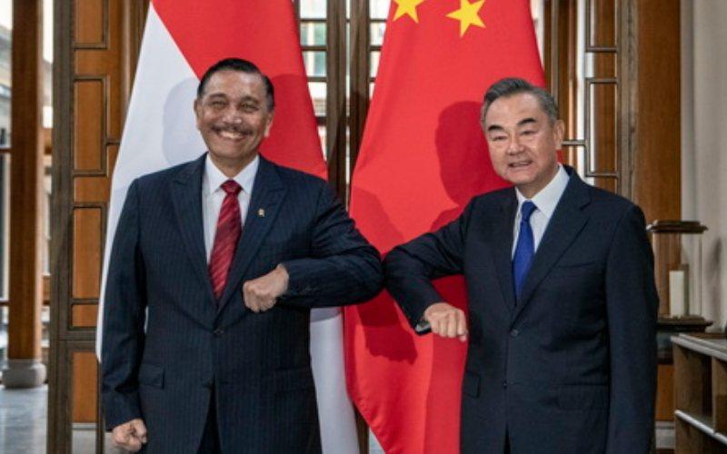 Menko Maritim dan Investasi Luhut Binsar Pandjaitan bertemu dengan Menteri Luar Negeri China Wang Yi di kota Tengchong, Provinsi Yunnan Tiongkok barat daya (9/10/2020)  -  Kementerian Luar Negeri Tiongkok / CGTN