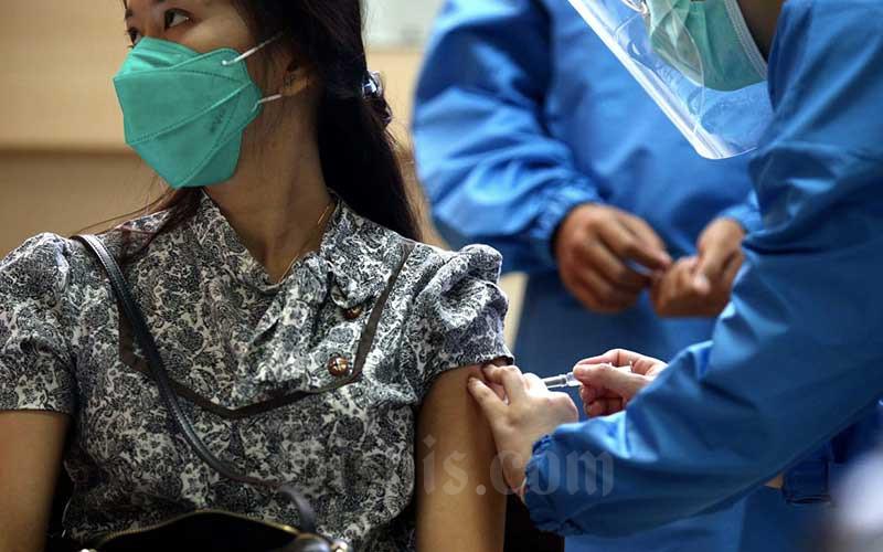 Relawan dan Tenaga Kesehatan melakukan simulasi uji klinis vaksin Covid-19 di Fakultas Kedokteran Universitas Padjadjaran, Bandung, Jawa Barat, Kamis (6/8/2020). Bisnis - Rachman