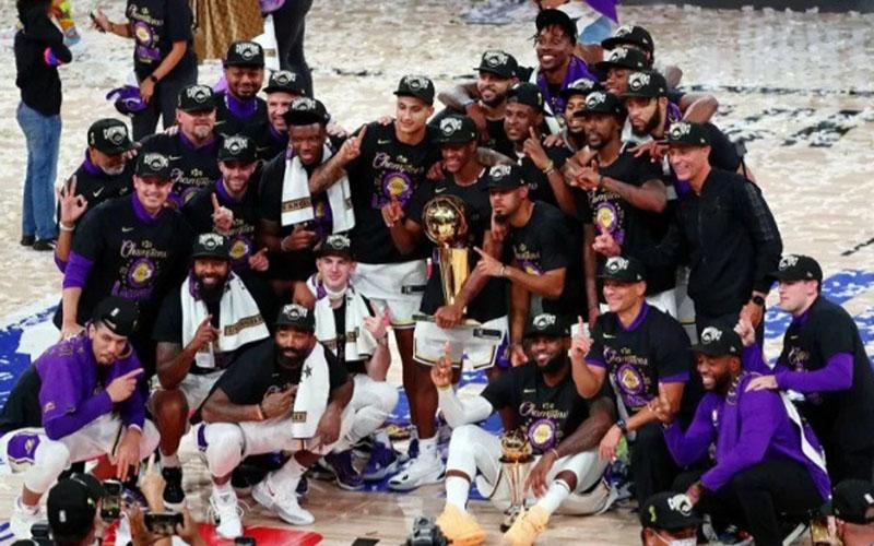 Los Angeles Lakers tampil sebagai juara basket NBA setelah menaklukkan Miami Heat./Antara - Reuters