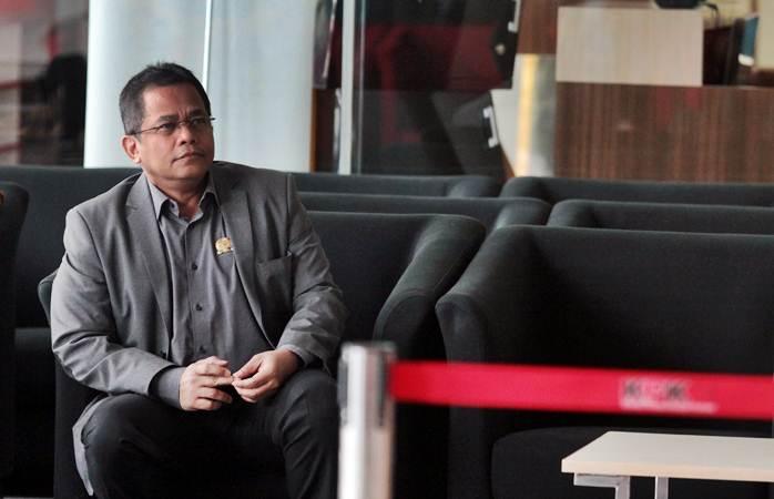 Sekretaris Jenderal (Sekjen) DPR Indra Iskandar menunggu panggilan penyidik saat akan menjalani pemeriksaan di Gedung KPK, Jakarta, Senin (22/4/2019). - ANTARA/Reno Esnir