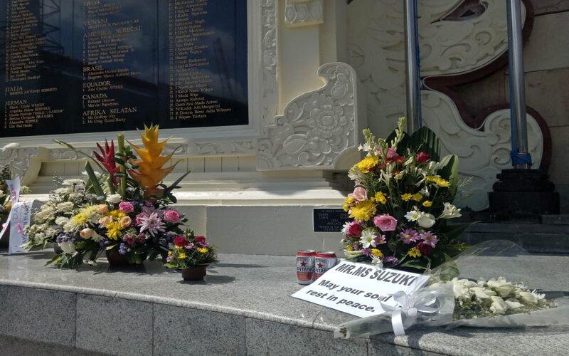 Rangkaian bunga dan pengharapan di Tugu Peringatan Bom Bali.