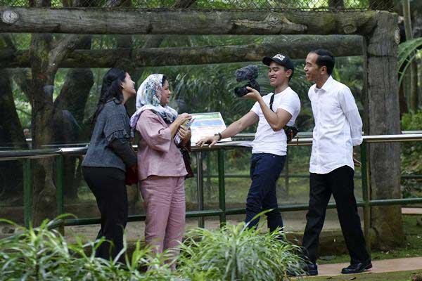 Presiden Joko Widodo (kanan) bersama Ibu Negara Iriana Joko Wododo (kedua kiri) serta putranya Kaesang Pangarep (kedua kanan) dan Kahiyang Ayu mengunjungi Pusat Primata Schmutzer di Kebun Binatang Ragunan Jakarta, Kamis (29/6). - ANTARA/Wahyu Putro A