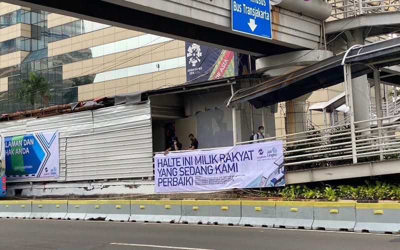 Sebuah spanduk berisi pesan khusus terbentang di Halte Transjakarta yang dirusak massa dalam aksi demo menolak UU Cipta Kerja pada Kamis (8/10/2020). - Twitter /  @firmanyursak