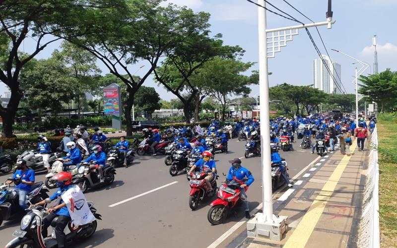 Ratusan buruh SBSI 92 mulai bergerak untuk berunjuk rasa menolak UU Cipta Kerja, di Jalan Merdeka, Jakarta, Kamis (8/10/2020). JIBI - Bisnis/Aprianus Doni Tolok
