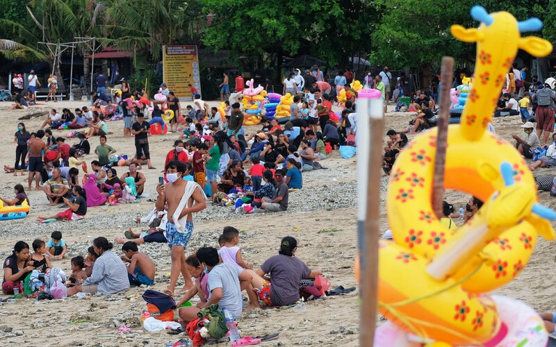 Warga membludak saat liburan Hari Raya Galungan di Pantai Sanur, Denpasar, Bali, Kamis (17/9/2020). Objek wisata tersebut masih dibuka meskipun sejumlah ruang publik di Denpasar ditutup menyusul terus melonjaknya kasus penularan Covid-19 di daerah itu. - Antara/Nyoman Hendra Wibowo