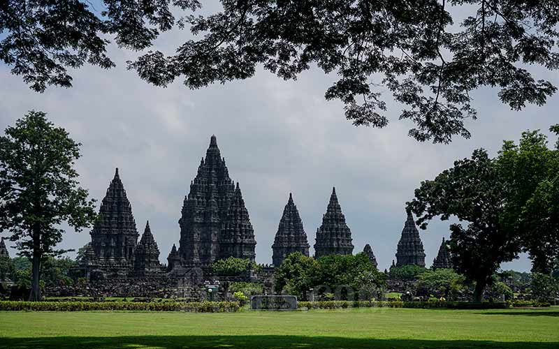 Suasana Taman Wisata Candi Prambanan di Sleman, DI Yogyakarta, Jumat (20/3/2020). Pihak PT Taman Wisata Candi (TWC) menutup sementara Candi Borobudur, Candi Prambanan dan Candi Ratu Boko menutup sementara dari hari Jumat (20/3/2020) hingga Minggu (29/3/2020) untuk mencegah penyebaran virus Corona atau COVID-19 di destinasi pariwisata. ANTARA FOTO - Hendra Nurdiyansyah