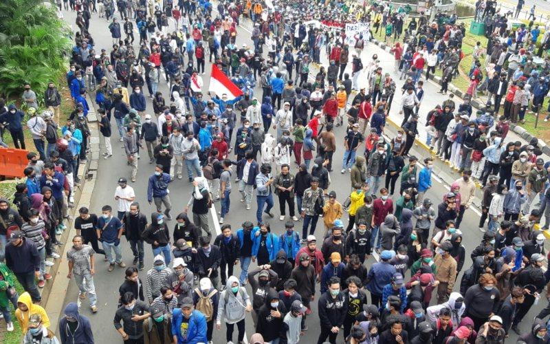 Ratusan pelajar dan mahasiswa melakukan aksi unjuk rasa untuk memprotes pengesahan UU Cipta Kerja di sekitar kawasan Istana Merdeka, Jakarta Pusat, Kamis (8/10/2020) - Bisnis - Rayful Mudassir