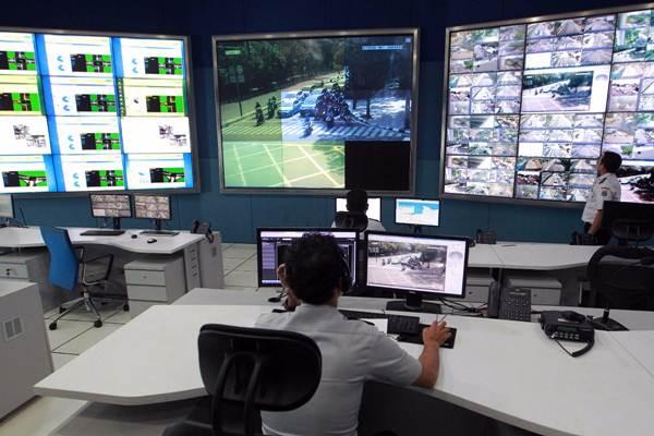 Petugas memantau kondisi lalu lintas melalui monitor kamera pengawas (CCTV) berpengeras suara saat uji coba di ruang Network Operation Center (NOC) Unit Pelayanan Sistem Pengendali Lalu Lintas (UP SPLL) Dinas Perhubungan DKI Jakarta, Rabu (4/10). - JIBI/Dwi Prasetya