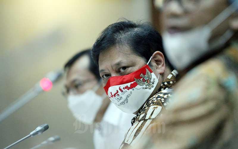 Airlangga Hartarto memberikan penjelasan mengenai strategi pemulihan ekonomi nasional dan peningkatan pertumbuhan ekonomi di Jakarta, Rabu (5/8/2020). Bisnis - Dedi Gunawan