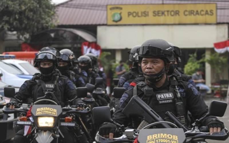 Ilustrasi - Sejumlah anggota Brimob berjaga setelah penyerangan di Polsek Ciracas, Jakarta, Sabtu, (29/8/2020) dini hari. - Antara/Asprilla Dwi Adha