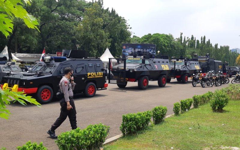 Aparat TNI-Polri siaga untuk mengantisipasi aksi unjuk rasa mahasiswa dan buruh untuk menolak pengesahan UU Cipta Kerja. Water Canon dan Barakuda juga telah disiagakan di kawasan Monas, Jakarta - Bisnis - Rayful Mudassir