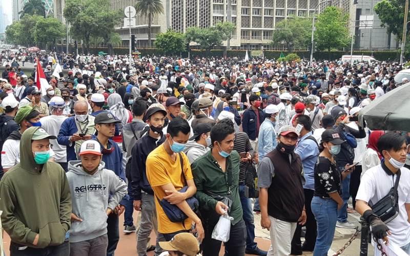 Massa aksi menentang UU Cipta Kerja, Selasa (13/10/2020). - Bisnis/Rayful Mudassir