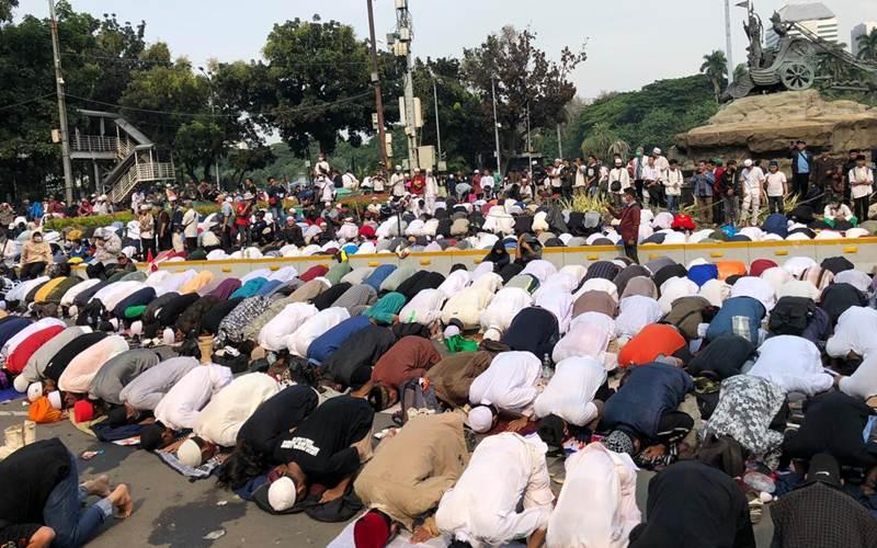 Ribuan Massa Aksi 1310 Salat Ashar berjamaah di Kawasan Patung Kuda, Jakarta Pusat, Selasa (13/10/2020), - Aprianus Doni