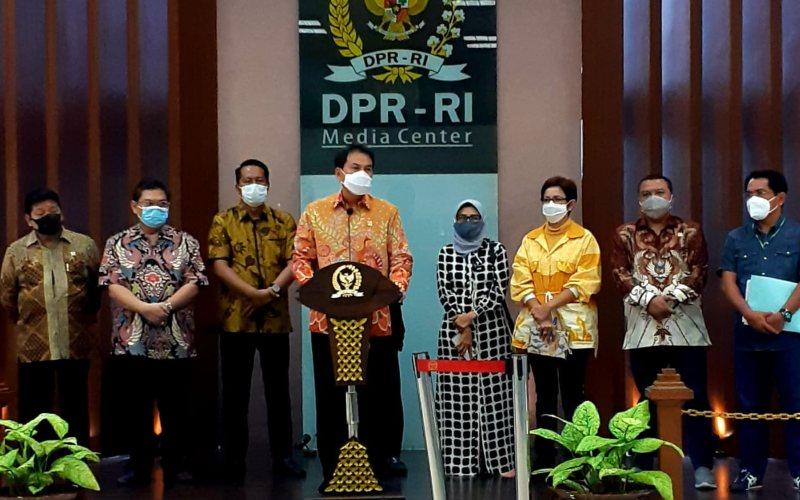 Wakil Ketua DPR, Azis Syamsuddin (tengah) memberikan penjelasan soal proses pembuatan UU Cipta Kerja didampingi Ketua Baleg DPR, Supratman Andi Agtas (kiri) dan sejumlah anggota DPR lainnya, Selasa (13/10/2020) di Gedung DPR RI, Senayan, Jakarta - JIBI/Bisnis - John Andi Oktaveri