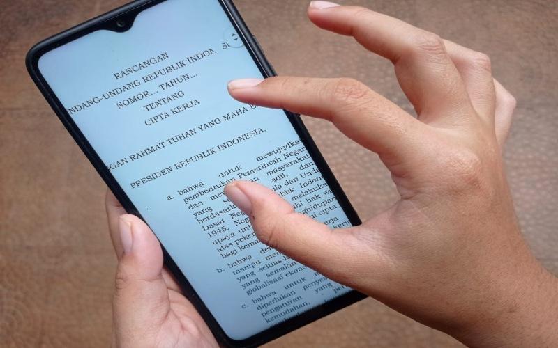 Lima Versi Draf Omnibus Law RUU Cipta Kerja beredar luas di masyarakat.  -  Bisnis Indonesia/Feni Freycinetia