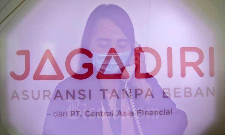 Foto multiple exposure aktivitas Karyawan di Kantor Asosiasi Asuransi Jiwa Indonesia (AAJI) di Jakarta, Senin (2/3/2020). Bisnis - Eusebio Chrysnamurti