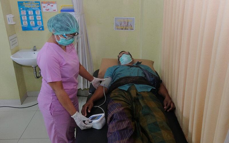 Tim medis memeriksa tensi warga dengan komorbid dalam simulasi uji coba vaksinasi COVID-19 di Puskesmas Abiansemal I, Badung, Bali, Selasa (6/10/2020). Simulasi uji coba vaksinasi COVID-19 yang diikuti puluhan warga tersebut untuk mengukur kesiapan dan kesigapan para tim medis di puskesmas itu yang rencananya dikunjungi Presiden Republik Indonesia Joko Widodo pada awal tahun depan. - Antara/Nyoman Hendra Wibowo
