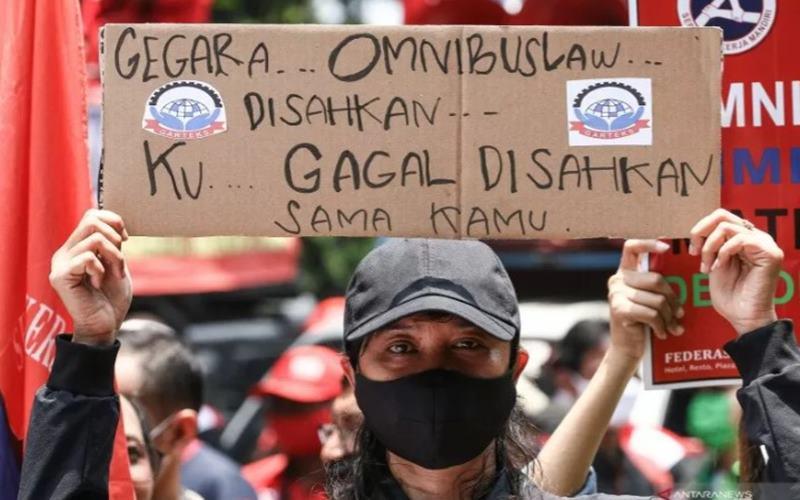 Massa dari KSPI berunjuk rasa di Jalan Medan Merdeka Barat, Jakarta, Senin (12/10/2020). Aksi tersebut untuk menolak disahkannya Undang-Undang Cipta Kerja. - Antara