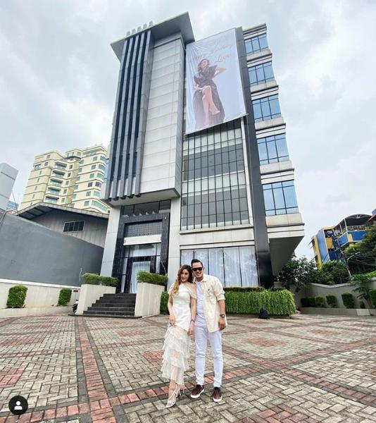 Gilang Widya Pramana dan Shandy Purnamasari berfoto bersama di depan tower. - Instagram