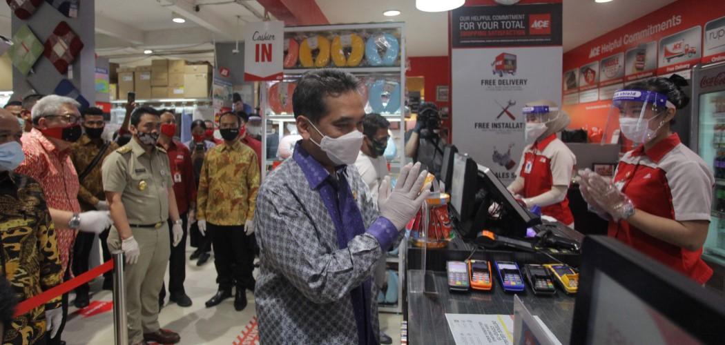 Menteri Perdagangan Agus Suparmanto (tengah) didampingi Wakil Gubernur DKI Jakarta, Ahmad Riza Patria (kedua kiri) dan Ketua Umum Asosiasi Pengusaha Ritel Indonesia (APRINDO) Roy N Mandey (kiri) meninjau Simulasi protap pandemi Covid-19, di Ace Hardware (ACES), Jakarta, Selasa (9/6/2020). - Antara / Reno Esnir.