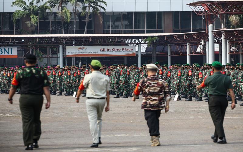 Personel gabungan TNI, Polri dan Organisasi Masyarakat mengikuti apel Gelar Pasukan Pembantu Penegakan Protokol Kesehatan COVID-19 Berbasis Komunitas (Ormas) di JIExpo Kemayoran, Jakarta, Senin (14/9/2020). Gelar pasukan tersebut untuk mengawasi pelaksanaan protokol kesehatan COVID-19 selama pelaksanaan PSBB Total di DKI Jakarta. ANTARA FOTO - Rivan Awal Lingga