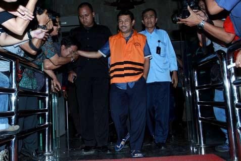Rahmat Yasin Tersangka saat keluar dari gedung KPK usai menjalani pemeriksaan, Jumat (9/5/2014). - Antara