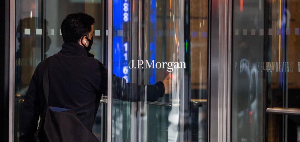 Karyawan JPMorgan Chase & Co. masuk ke gedung salah satu bank terbesar AS itu di kantor pusatnya di New York, AS, Senin (21/9/2020). - Bloomberg/Michael Nagle