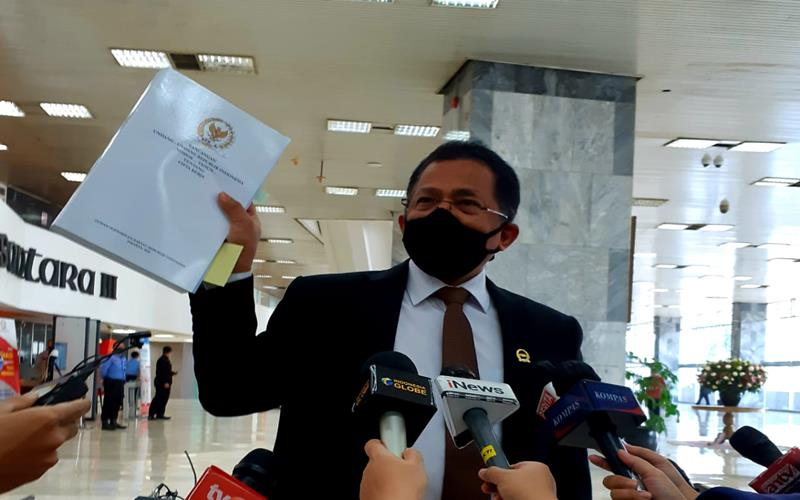 Sekjen DPR Indra Iskandar menunjukkan naskah UU Cipta Kerja sebelum diserahkan kepada Pemerintah, Rabu (14/10/2020). JIBI - Bisnis/John Andi Oktaveri