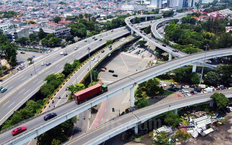 Kendaraan melintas di Simpang Susun Tomang, Jakarta, Senin (16/3/2020). Bisnis - Triawanda Tirta Aditya