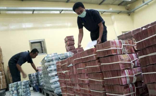 Karyawan merapikan uang di cash center Bank BNI, Jakarta, Selasa (11/2/2020). Bisnis - Himawan L Nugraha