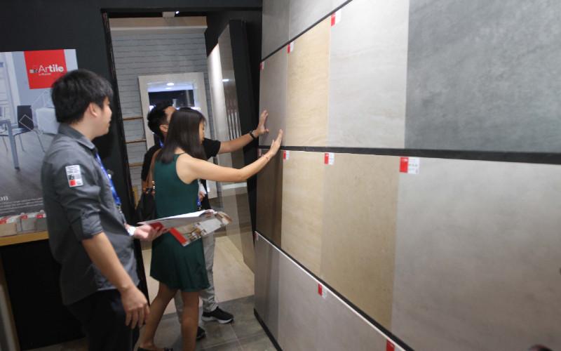 Konsumen melihat produk keramik terbaru. Total produksi tahun ini akan lebih rendah sekitar 47,5 juta m2.  - BISNIS