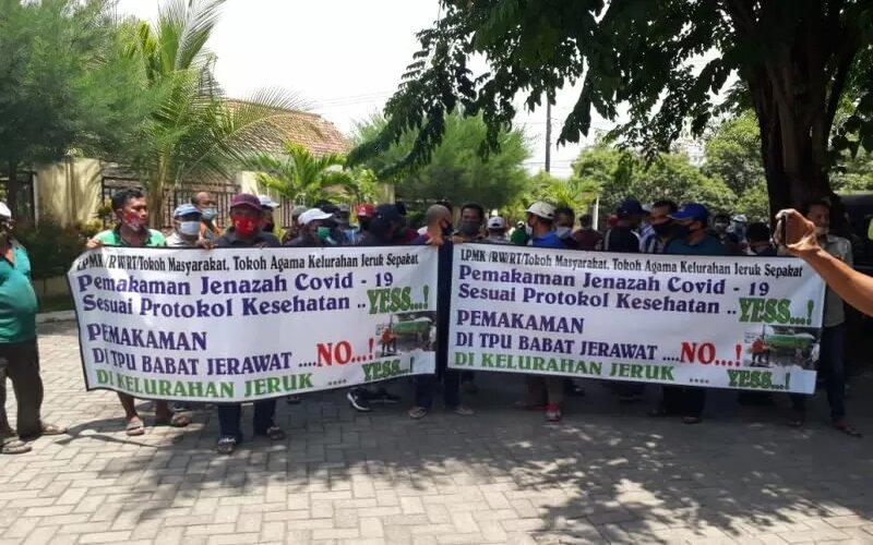 Sejumlah ketua RT, RW dan pengurus Lembaga Pemberdayaan Masyarakat Kalurahan (LPMK) demo menolak aturan pemakaman sesuai Peraturan Wali Kota Nomor 28 Tahun 2020 Tentang Pedoman Tatanan Normal Baru Pada Masa Pandemi Covid-19, Rabu (14/10/2020). - Antara/Humas Pemkot Surabaya